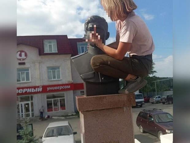 Омбудсмен заступился задевочку, показавшую средний палец бюсту героя СССР
