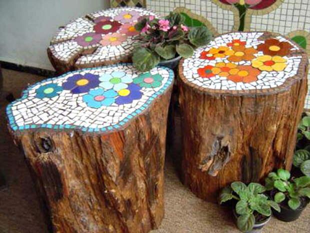 Пни, украшенные мозаикой.