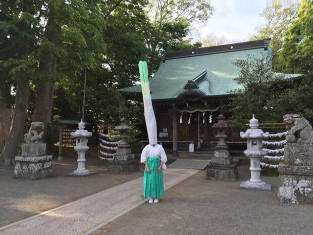 Луковая голова: необычный ритуал в японском храме удивляет и озадачивает