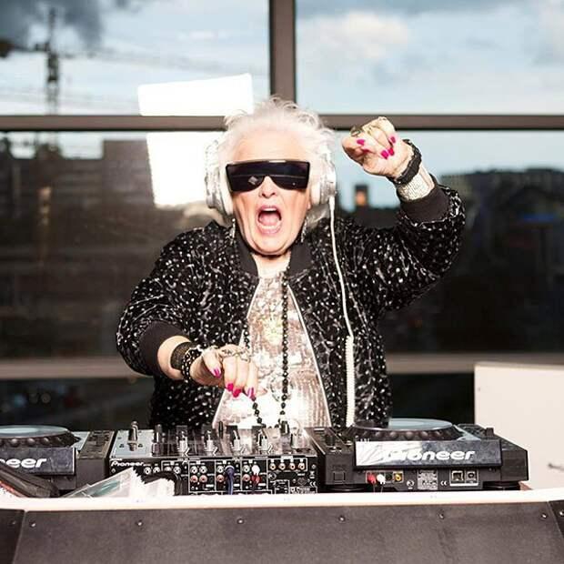 72-летняя Рут Флауэрс решила стать клубным диджеем в 68 лет