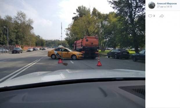 На Головинском шоссе такси влетело в водовоз