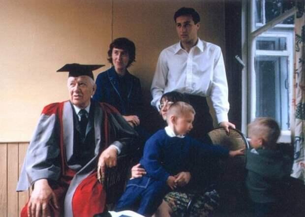 Корней Чуковский в мантии доктора литературы Оксфордского университета, с внуками. Переделкино, 1965 год.