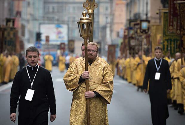 Виталий Милонов во время крестного хода по Невскому проспекту, сентябрь 2014 года