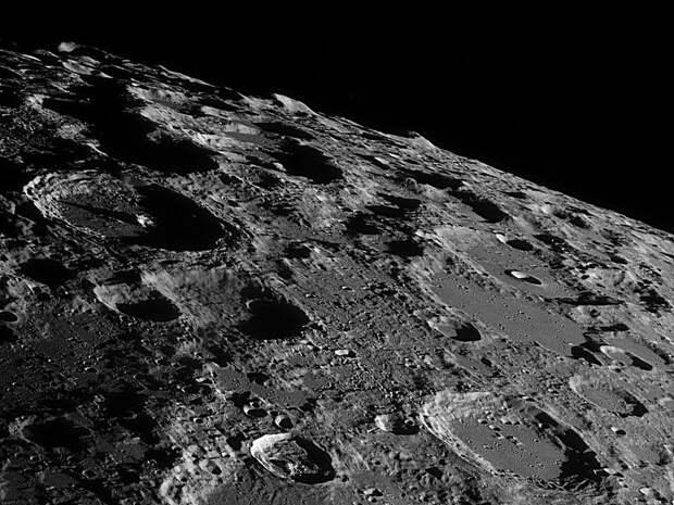 Кому принадлежит Луна?