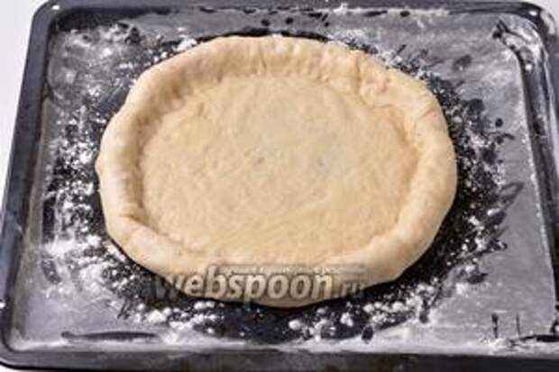 Завернуть край теста на сосиску и хорошо прижать его к тесту для того, чтобы оно не развернулось.