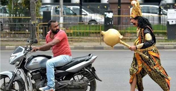 Ямараджа останавливал мотоциклистов без шлемов, дарил им розу и предупреждал о правилах безопасности байкер, безопасность, божество, индия, мото, мотоциклист, шлем