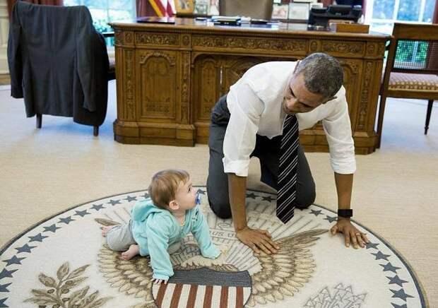 Ползающий с дочерью Псаки Барак Обама удивил пользователей соцсетей