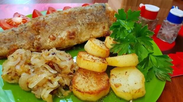 Готовим к рыбе картошку и лук. /Фото: YouTube.