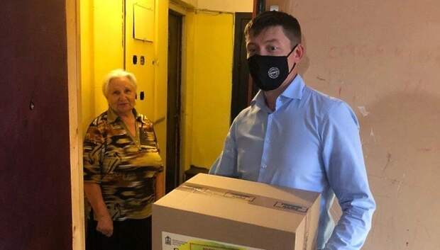 Волонтеры продолжают развозить продуктовые наборы пенсионерам Подольска
