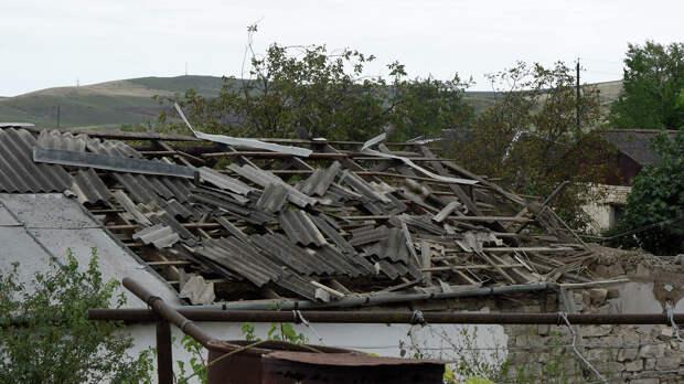 Крыша пострадавшего после обстрелов дома в городе Мартуни непризнанной Нагорно-Карабахской Республики  - РИА Новости, 1920, 29.09.2020