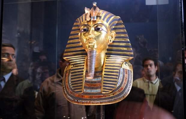 Посмертная маска фараона Тутанхамона.   Фото: megalithica.ru.