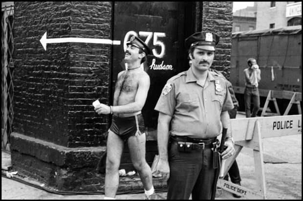 Съемочная площадка фильма. На заднем фоне человек одетый в стиле полицейского.