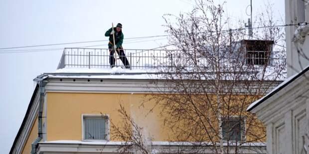 С крыши дома на Коминтерна убрали снег