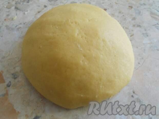 Замесить мягкое и эластичное тесто.