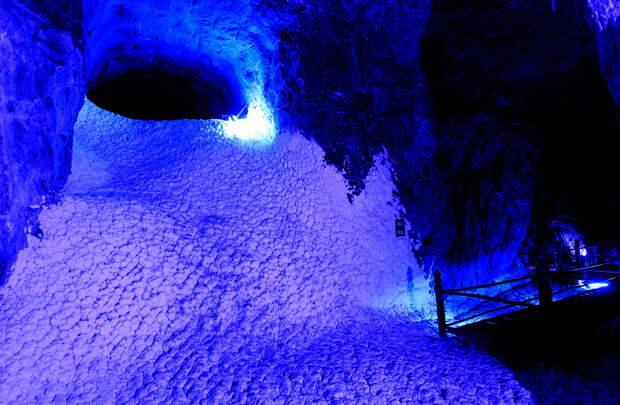Соляной водопад в соляной шахте в городе Немокон