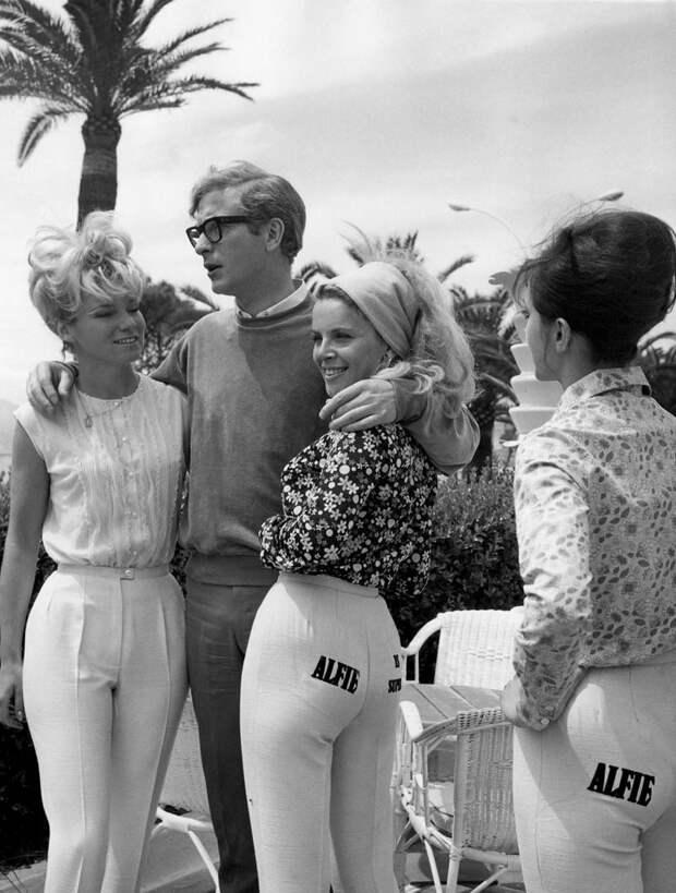 Актёр Майкл Кейн с моделями, 1966 год.