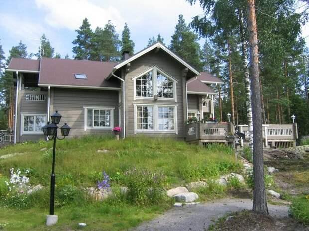 Традиционный финский дом, с центральным элементом, множеством небольших окон и большой террасой.