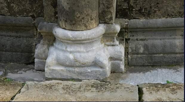 Колонны владимирского храма XII века выдали происхождение его строителей