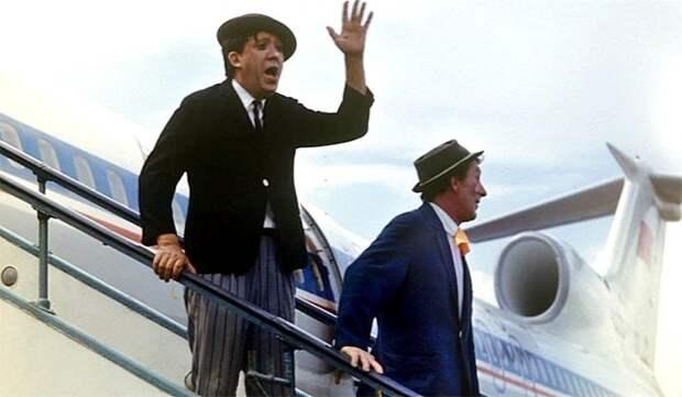 Артисты цирка Юрий Никулин и Михаил Шуйдин в аэропорту Внуково в 1973 году. Весь Мир, история, фотографии