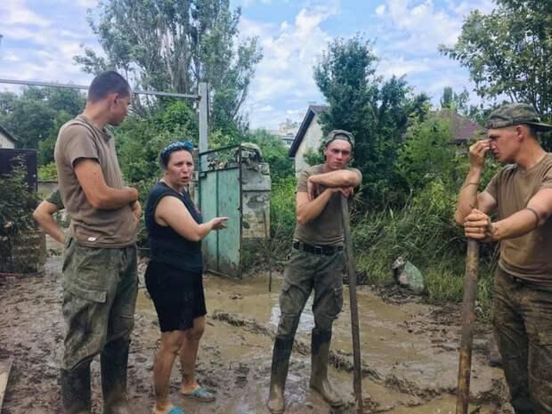 Керчь после наводнения: повсюду грязь и мусор