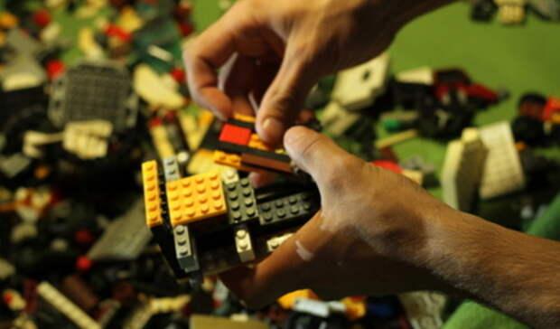 Полицейский истажер подозреваются вдаче взятки в Екатеринбурге ради продажи LEGO