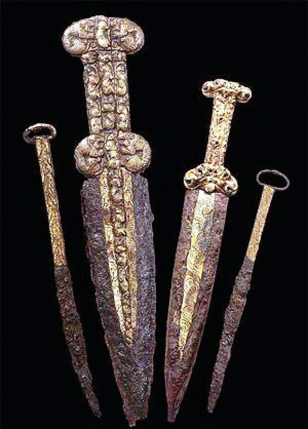 Скифские железные акинаки и ножи из кургана Аржаан-2 (Тува, Южная Сибирь): фото