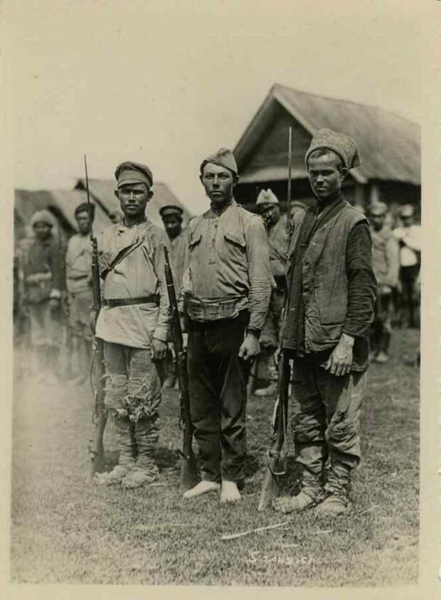 Кое-как одетые колчаковцы, 1919 г. <br>