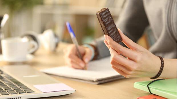 Диетолог предупредил о двойной опасности перекусов между приемами пищи