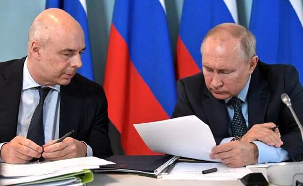 На фото: первый вице-премьер РФ - министр финансов РФ Антон Силуанов и президент России Владимир Путин (слева направо)