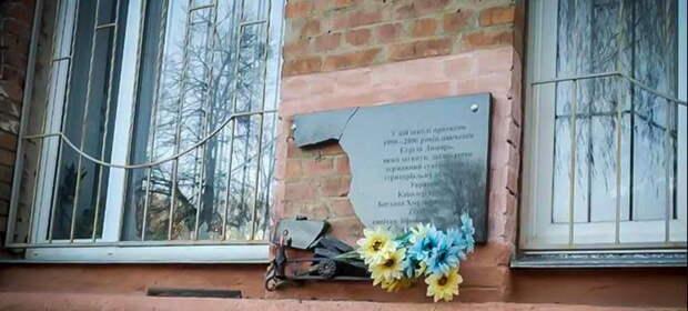 Нет покоя карателям. По всей Украине громят памятные знаки атошникам