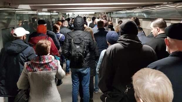 В метро появились огромные очереди из-за проверки пропусков