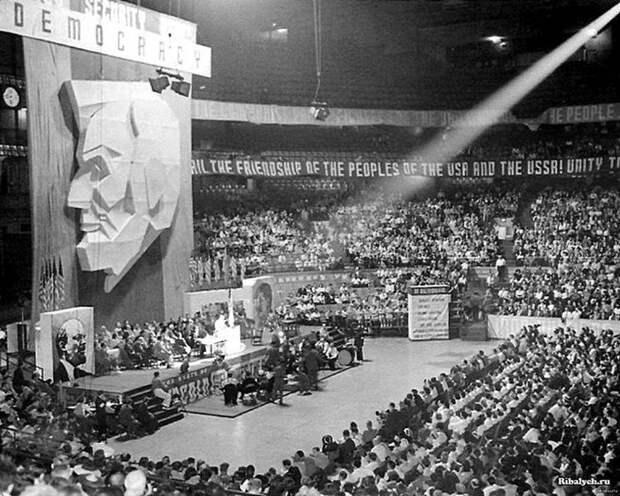 ХХ сьезд КП США Чикаго, 1939 год. Над трибуной портрет Линкольна. По бокам — Ленина и Сталина. Весь Мир, история, фотографии