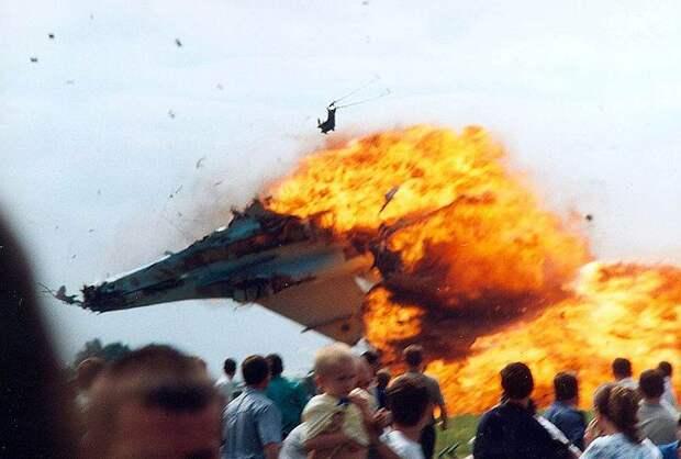 27 июля 2002 года во время показательных полетов на праздновании 60-летия 14-го авиационного корпуса над аэродромом Скнылив подо Львовом истребитель Су-27 потерял высоту, зацепился крылом за землю и рухнул в толпу зрителей. Погибли 77 человек, 292 человека получили травмы разной степени тяжести. Пилоты, полковники Юрий Егоров и Владимир Топонарь, успели катапультироваться
