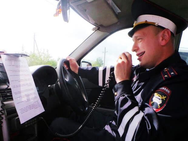 """""""Развод"""" от инспекторов ДПС с помощью рации в патрульном автомобиле."""