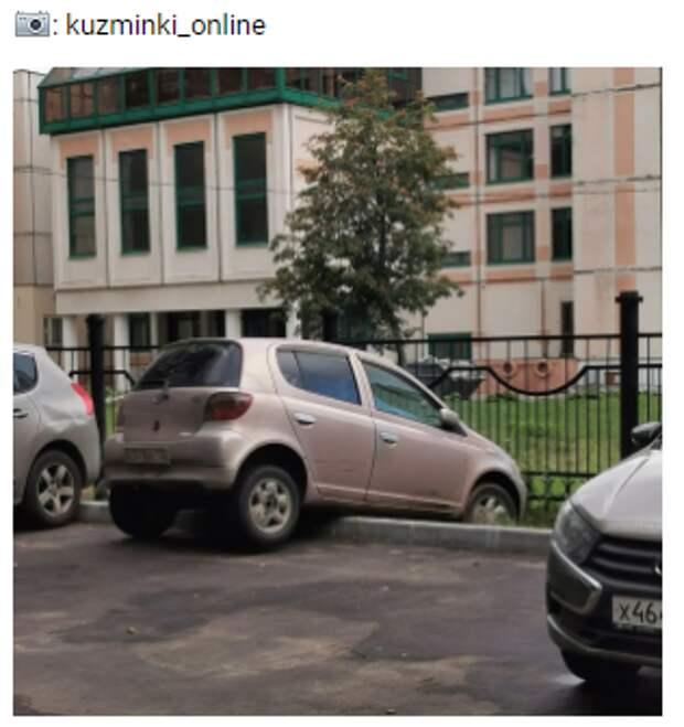 Автомобилист из Кузьминок припарковал машину на бордюре