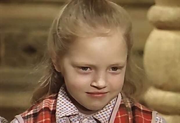 Как выглядит и живёт в наши дни забавная девчушка из музыкальной комедии «Чародеи»