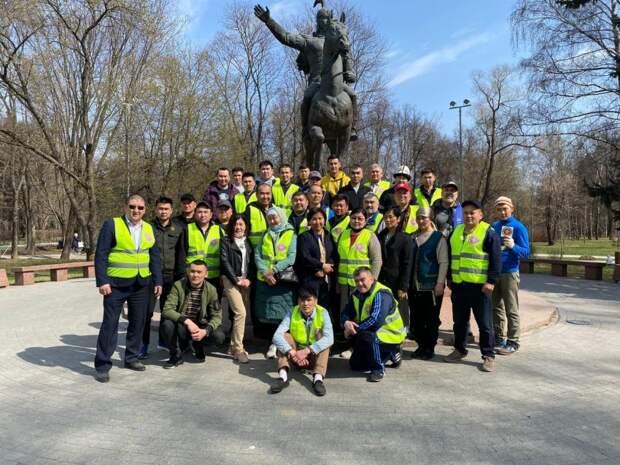 В парке Дружбы очистили территорию вокруг памятника Манасу
