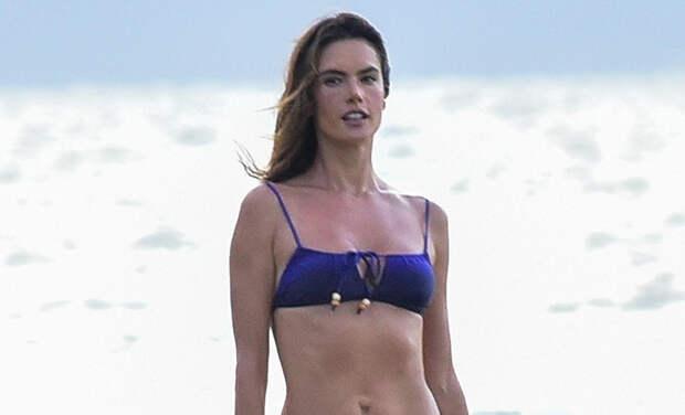 Пример для подражания: Алессандра Амбросио в крошечном бикини на пляже Флорианополиса