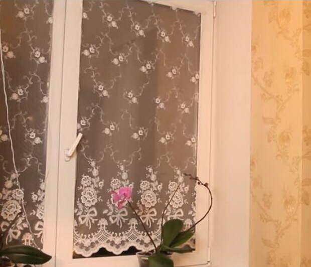 Кухонное окно с тюлем на окнах.