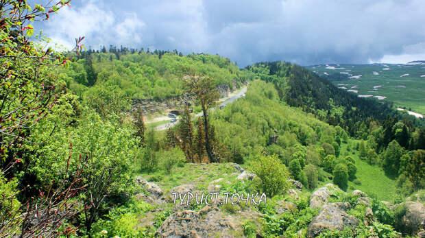 Вид со скалы Утюг на дорогу Даховская – Лагонаки