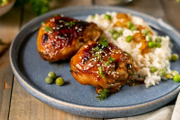 Фото к рецепту: Курица в соево-медовом соусе, запеченная в духовке