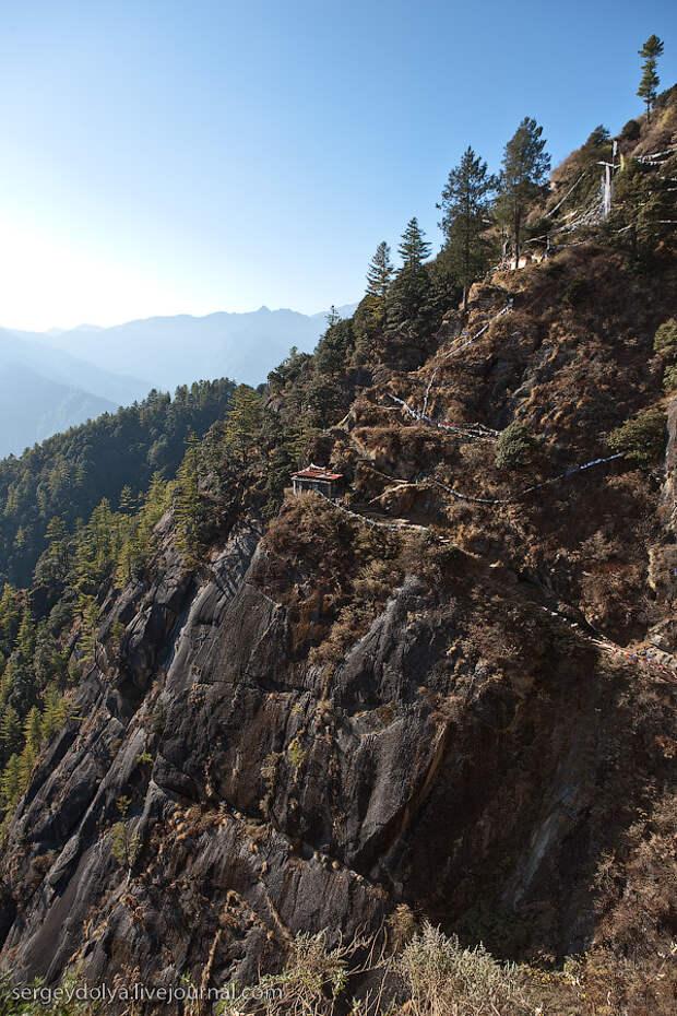 18) А вот спуск в расселину и подъем к монастырю дается очень тяжело. Особенно дорога обратно. Спускаться и подниматься нужно практически по вертикальной стене.