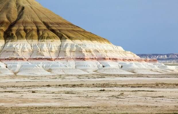 Разноцветная гора Бокты