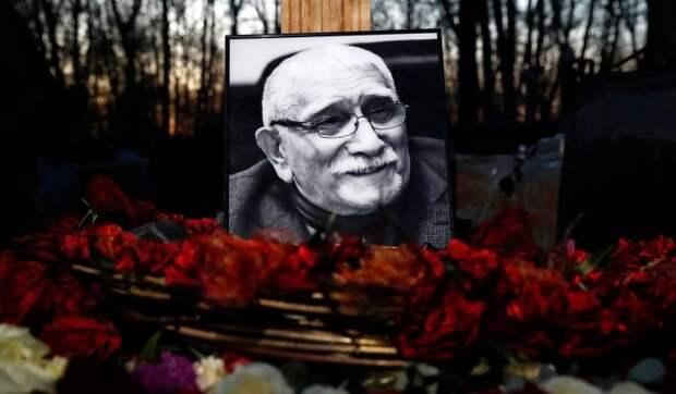 «Он жив»: Цымбалюк-Романовская не собирается идти на кладбище к Джигарханяну