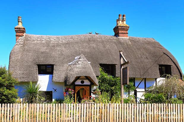 Типичный британский дом с соломенной крышей. /Фото:trasyy.livejournal.com