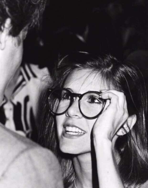 Кэрри Фишер «Прицесса Лея» примеряет очки Харрисона Форда «Хана Соло».