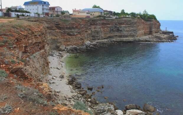 500 тонн грунта: на пляже Казачьей бухты произошел обвал