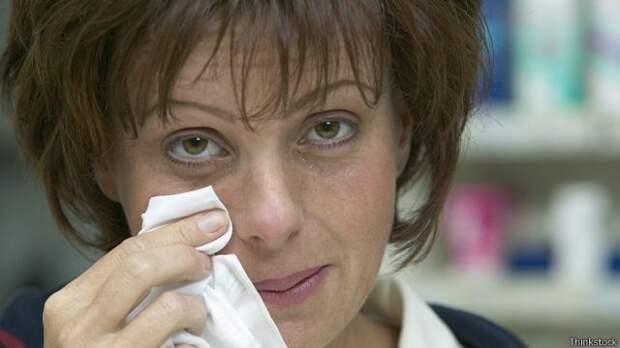 Женщина, страдающая от аллергии