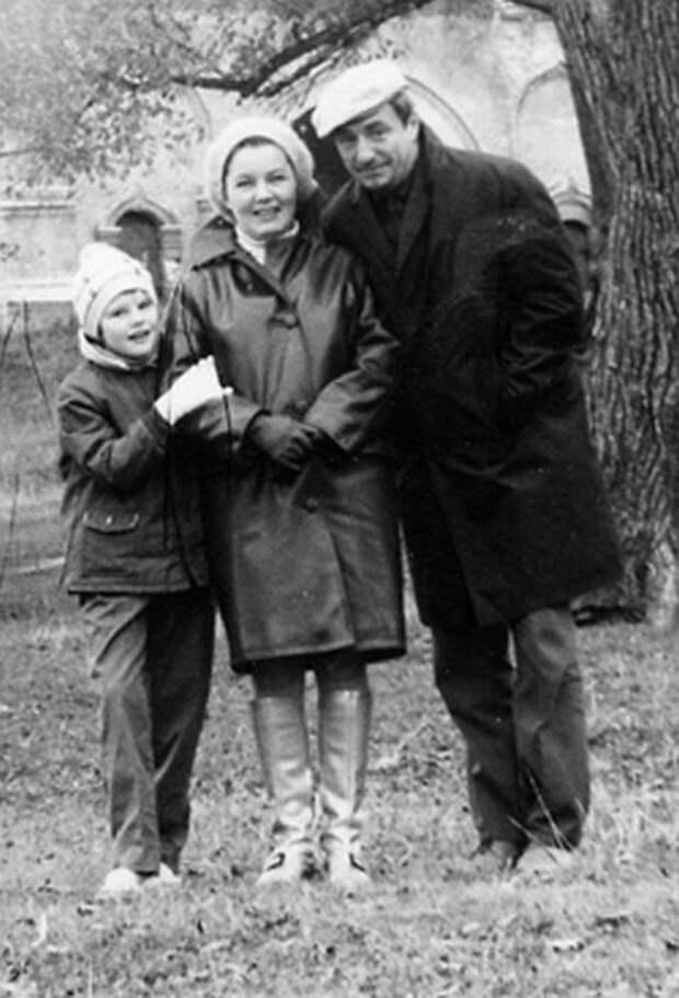 Александра Захарова в детстве с родителями. / Фото: www.a-zakharova.ru