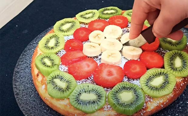 Ленивый пирог из одного банана и одного яблока: их достаточно залить тестом и подождать 15 минут